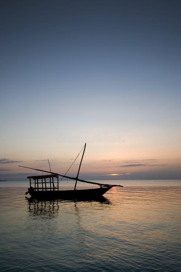 非洲小船航行日落桑给巴尔 免版税库存图片