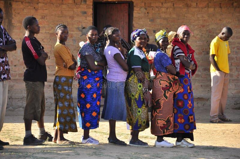 非洲投票妇女的投票排队的岗位 库存照片