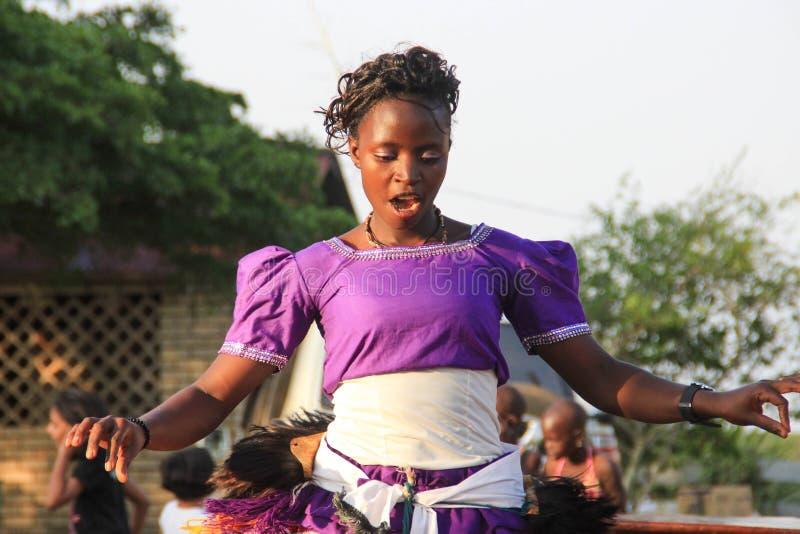 非洲歌手唱歌并且跳舞在一个街道事件在坎帕拉 免版税库存照片
