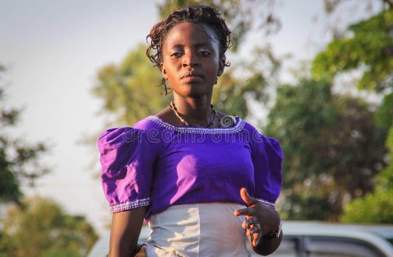 非洲歌手唱歌并且跳舞在一个街道事件在坎帕拉 图库摄影