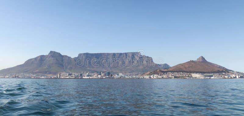 非洲海角山南表城镇 拍摄在从罗本岛的一夏天` s天 免版税库存照片