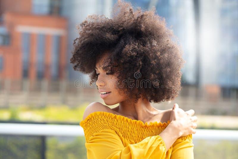 非洲的女孩画象在城市 免版税库存照片
