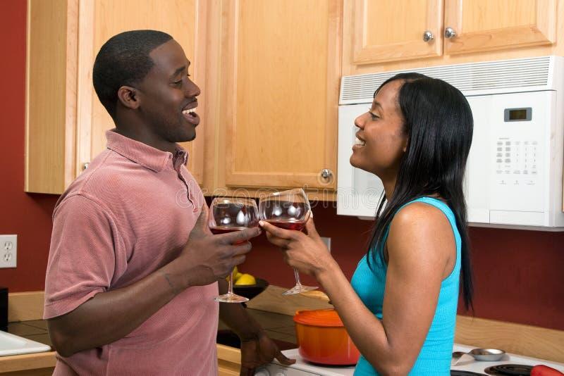 非洲裔美国人使叮当响的夫妇玻璃hor酒 免版税图库摄影