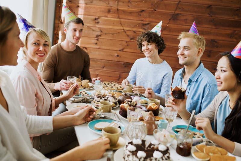 非洲裔美国人气球美丽的生日蛋糕庆祝巧克力杯子楼层女孩藏品家当事人当前坐的微笑的包围的时间对年轻人 图库摄影