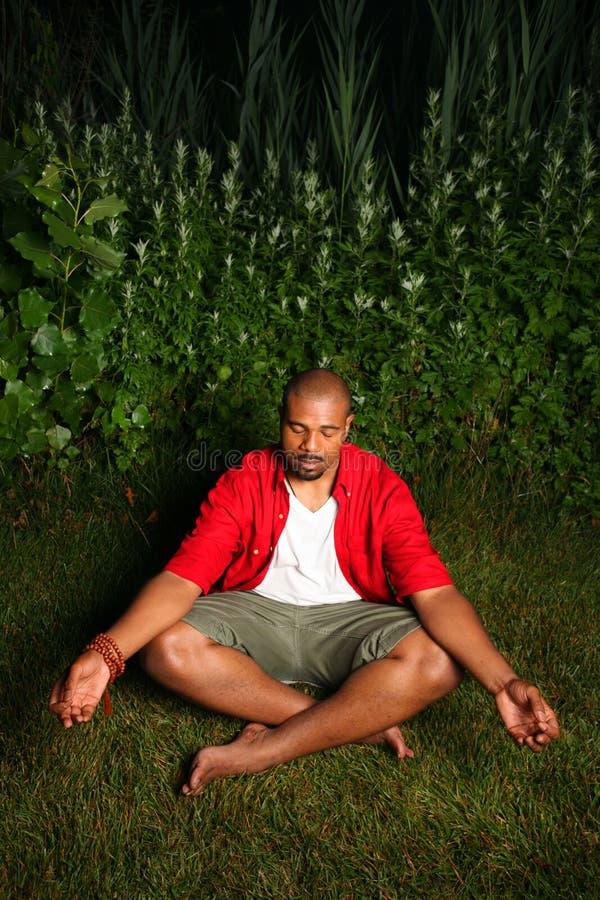 非洲裔美国人的人实践的瑜伽 库存照片