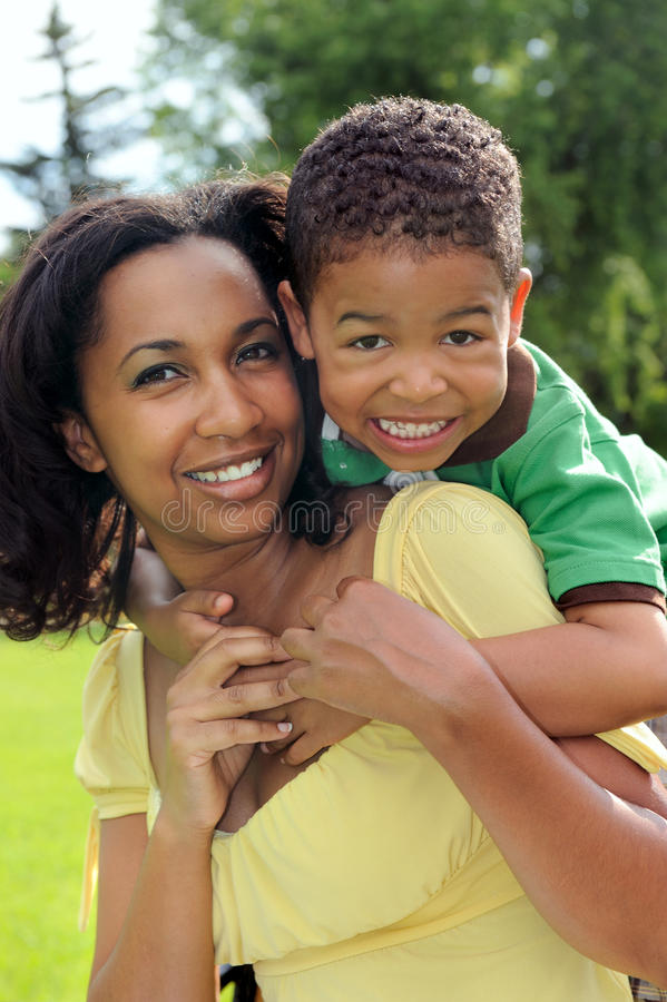 非洲裔美国人的儿童母亲 免版税图库摄影