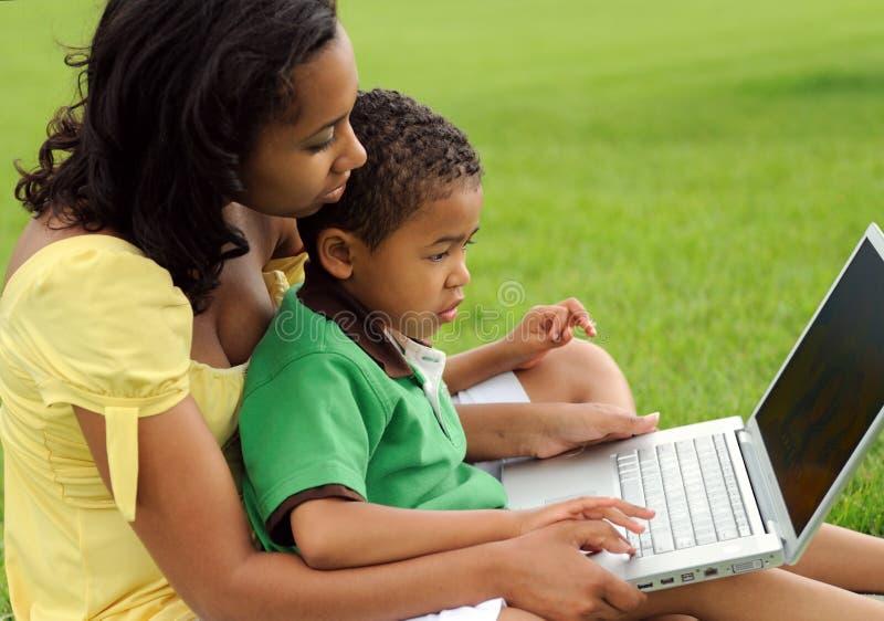 非洲裔美国人的儿童母亲 免版税库存图片