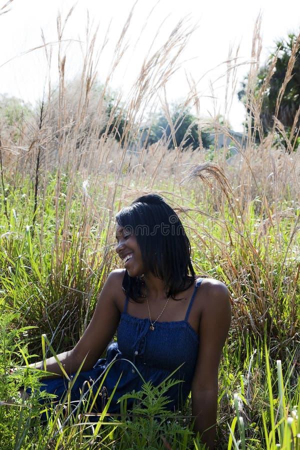 非洲裔美国人的愉快的户外妇女 免版税图库摄影