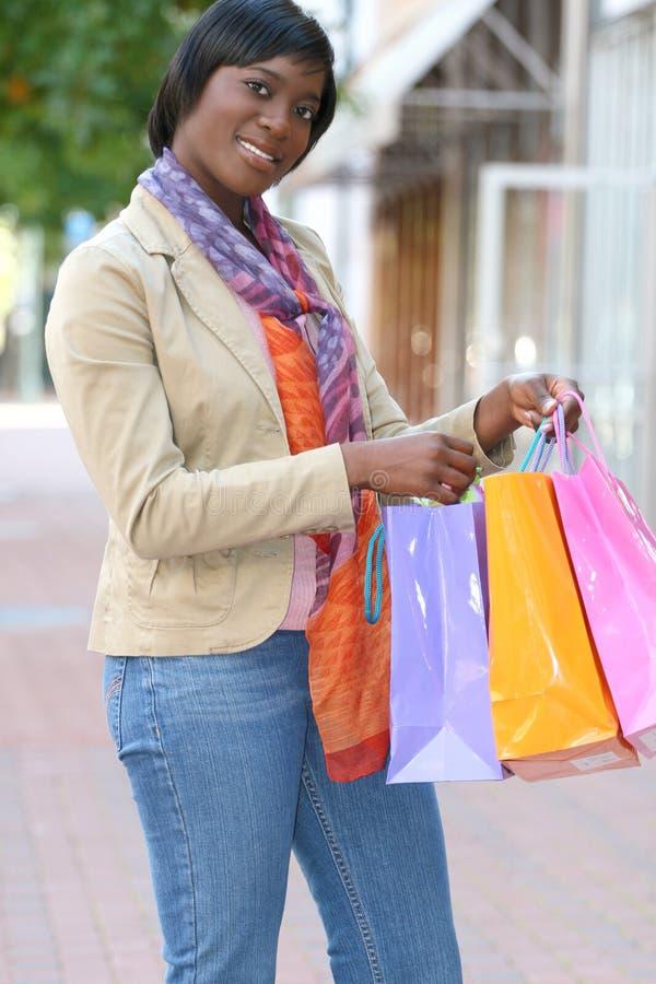 非洲裔美国人的有吸引力的女性购物 库存照片