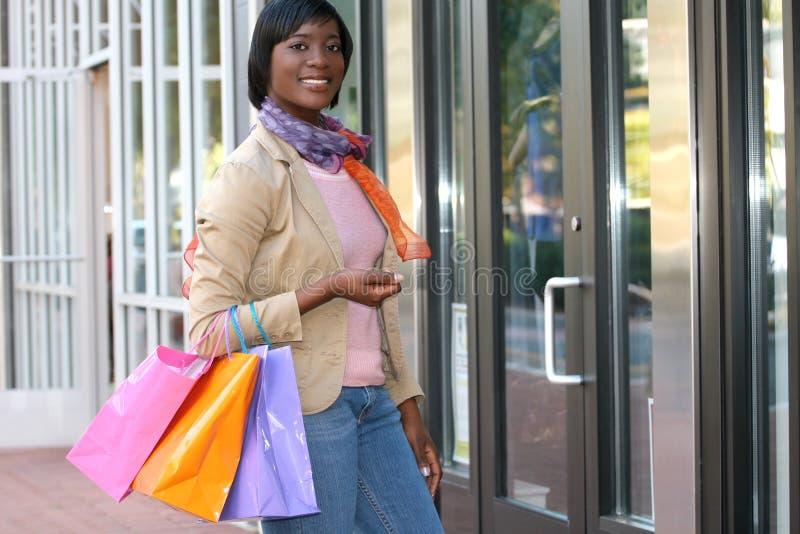 非洲裔美国人的有吸引力的女性购物 图库摄影