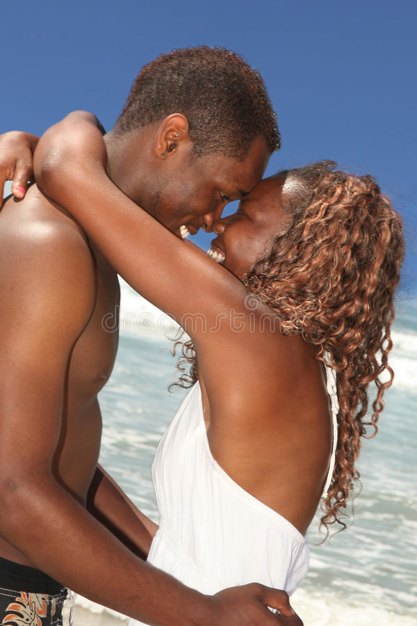 非洲裔美国人的海滩夫妇爱 库存图片