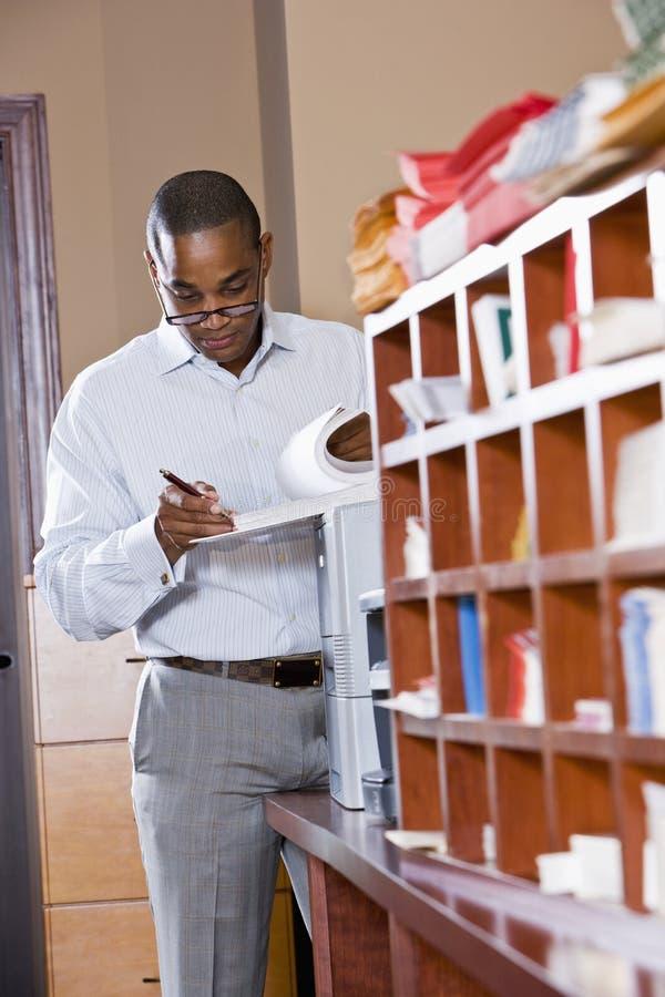 非洲裔美国人的生意人文件读取 免版税库存照片