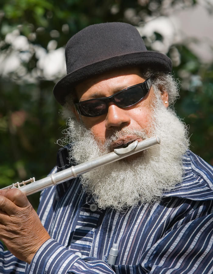 非洲裔美国人的长笛音乐家老使用 免版税库存图片