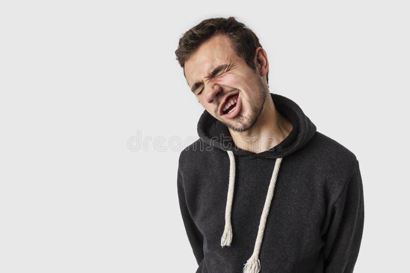 非确信的白种人年轻人鬼脸 查出在白色 不确定性概念 库存照片