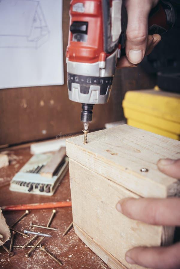 非职业木匠被拧紧的螺丝 免版税库存照片