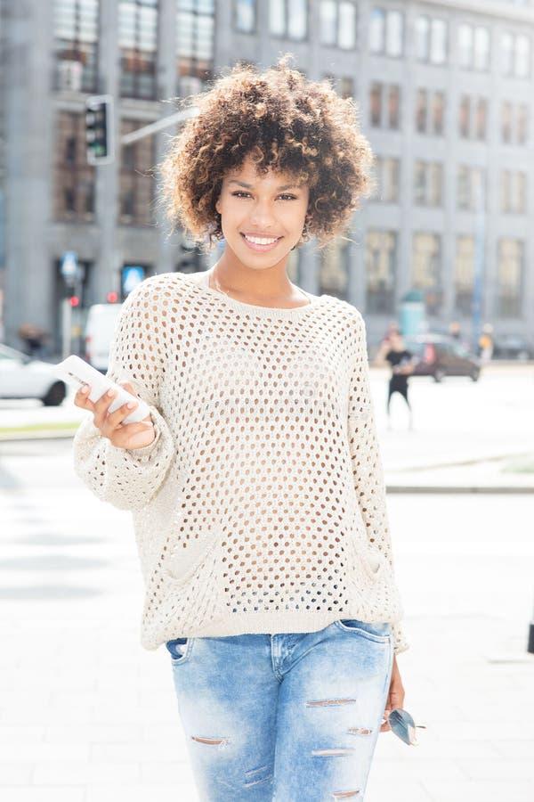 年轻非裔美国人女孩摆在室外 库存图片