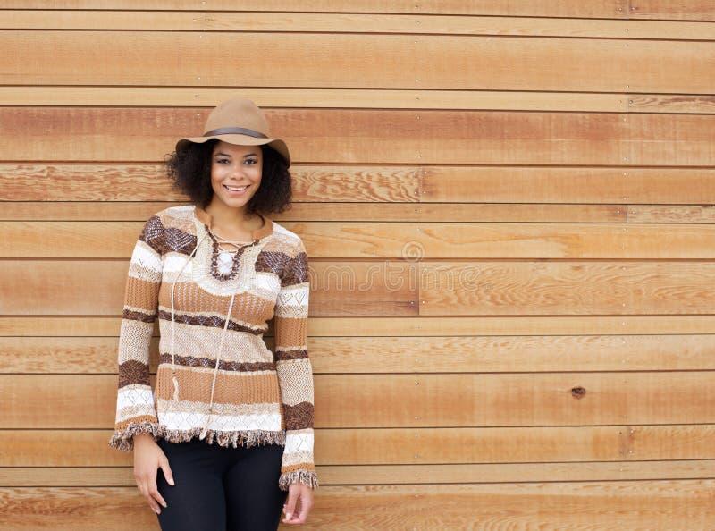 非裔美国人女性微笑与秋天上色衣物 免版税图库摄影