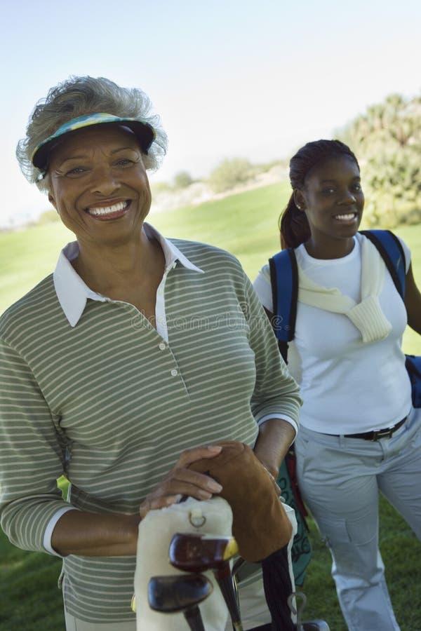 非裔美国人女性高尔夫球运动员微笑 免版税库存照片
