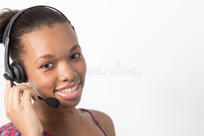 年轻非裔美国人电话中心代理微笑 库存照片