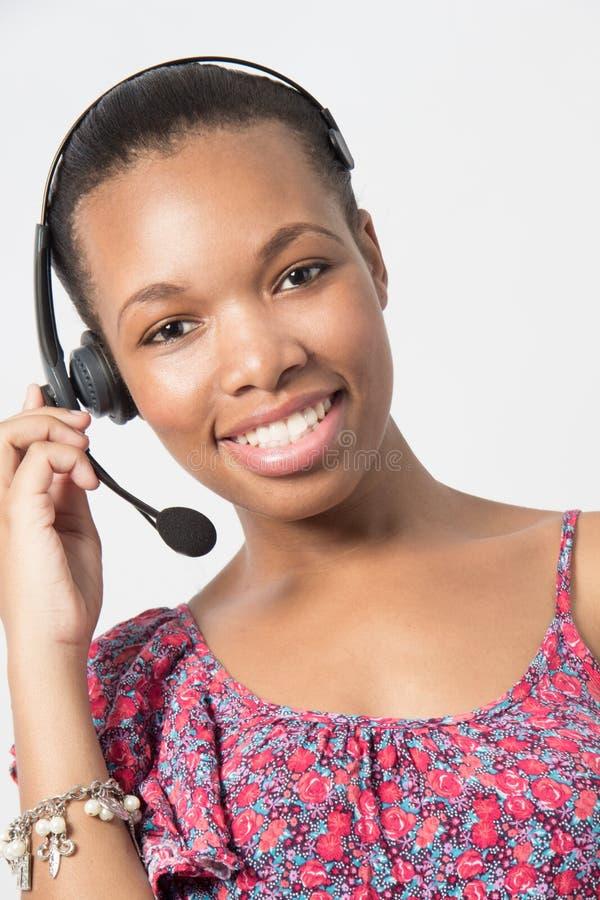 年轻非裔美国人电话中心代理笑。 免版税库存图片