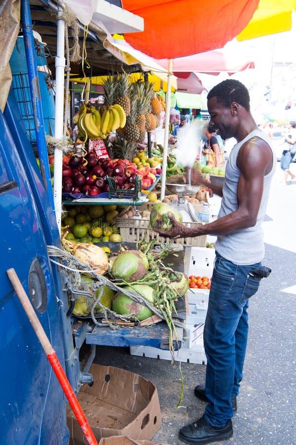 非裔美国人的人买椰子 免版税库存图片