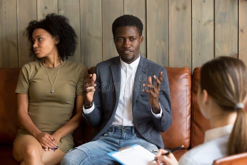 非裔美国人的人谈话与家庭顾问,黑夫妇a 免版税库存照片