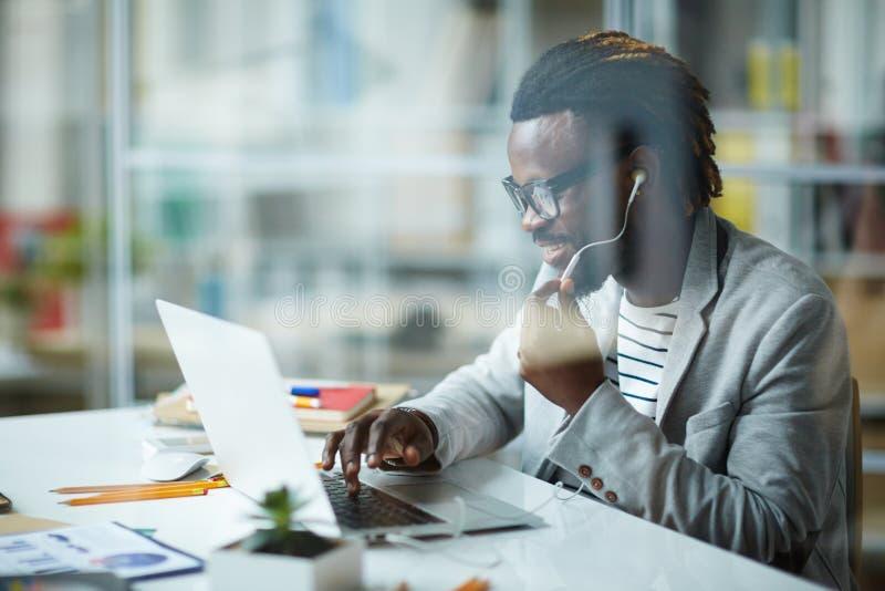 非裔美国人的企业家在办公室 图库摄影
