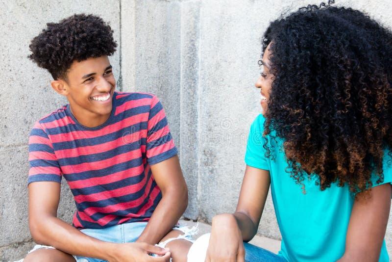 非裔美国人的十几岁获得乐趣 免版税库存图片
