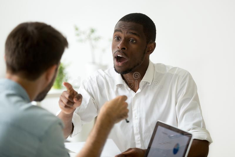 非裔美国人的商人不同意的辩论在negotia期间 免版税库存照片