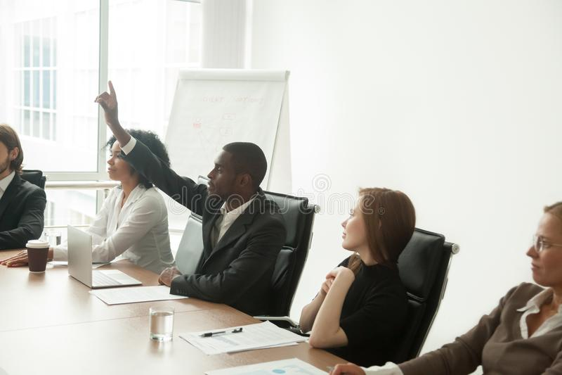 非裔美国人的在公司的商人志愿上升的手 免版税库存图片