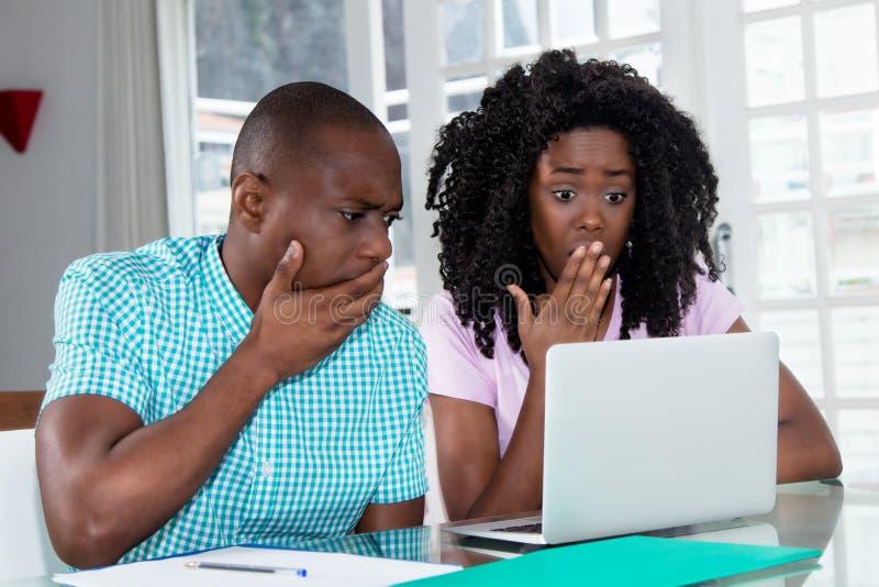非裔美国人的夫妇被冲击关于计算机病毒和identit 库存图片