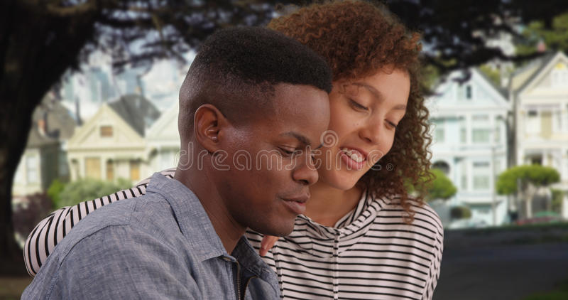 年轻非裔美国人的夫妇谈话在公园 免版税库存照片