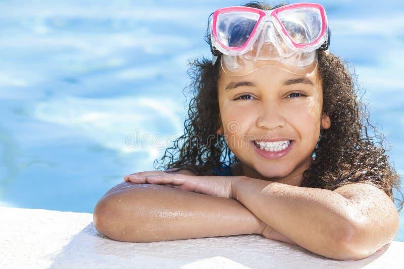 非裔美国人的女孩儿童游泳池 免版税图库摄影