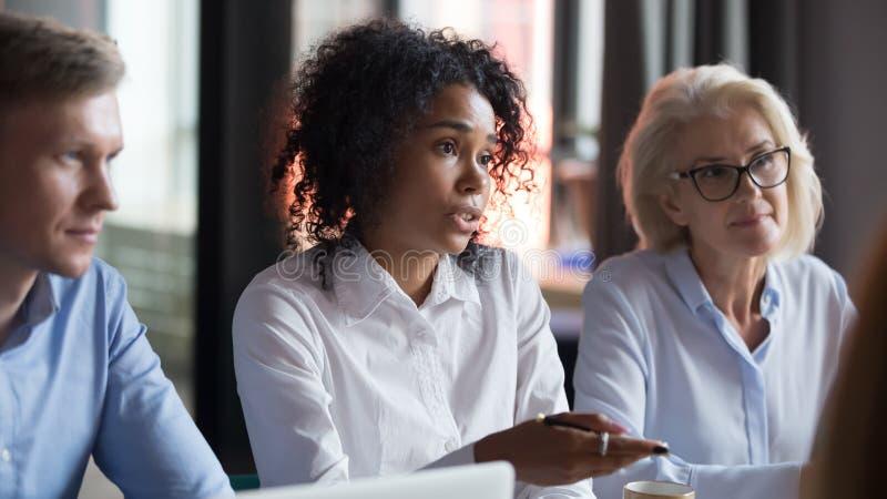 非裔美国人的女实业家谈话与商务伙伴在见面 图库摄影