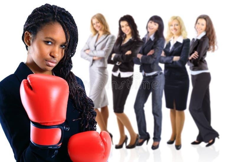 非裔美国人的妇女佩带的拳击手套 库存图片