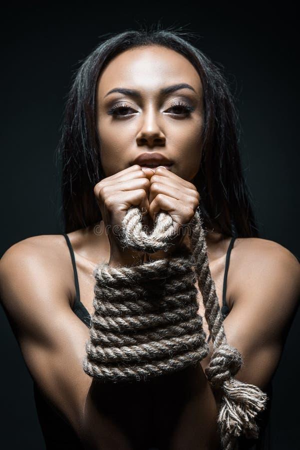非裔美国人的妇女困住与绳索 免版税库存照片