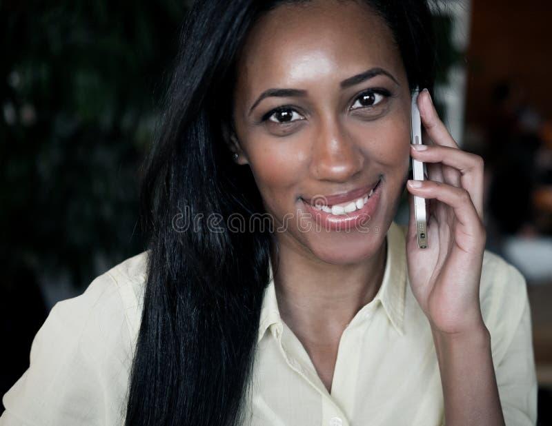 非裔美国人的妇女谈话在一个手机-黑人 免版税库存图片