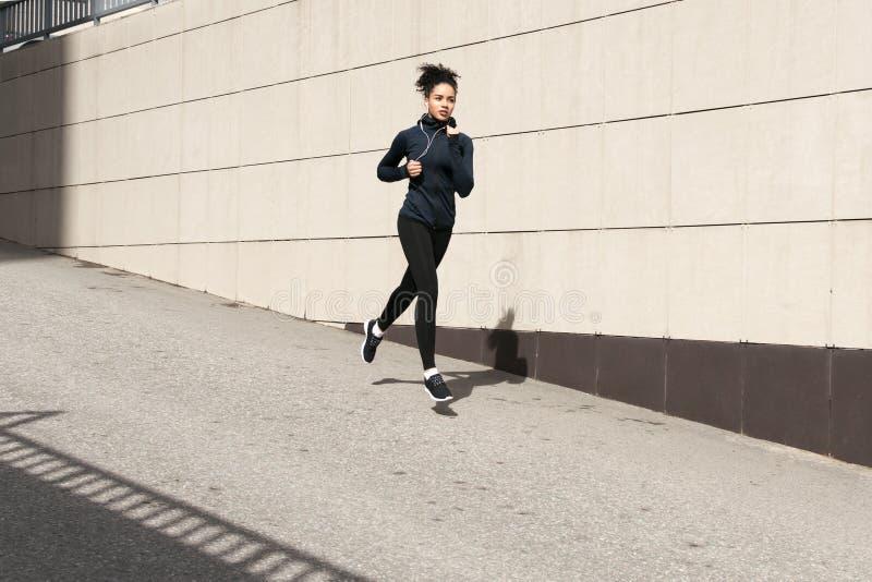 非裔美国人的妇女赛跑 免版税库存照片