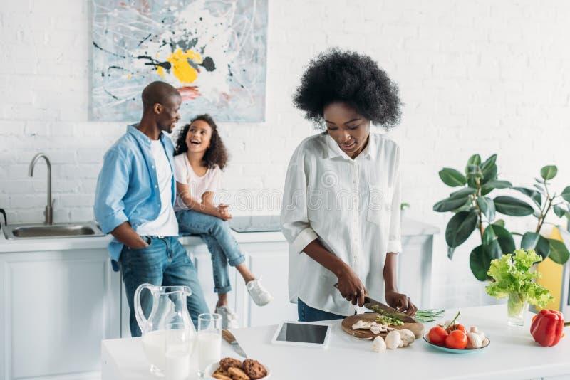 非裔美国人的妇女选择聚焦  免版税库存照片