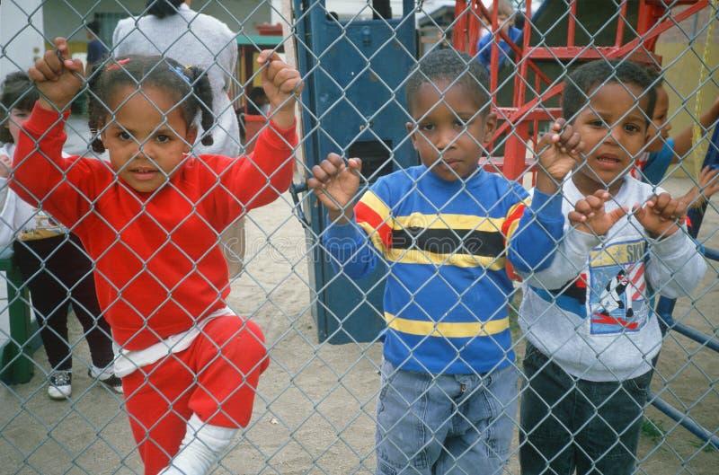 非裔美国人的学龄前儿童在操场 库存照片