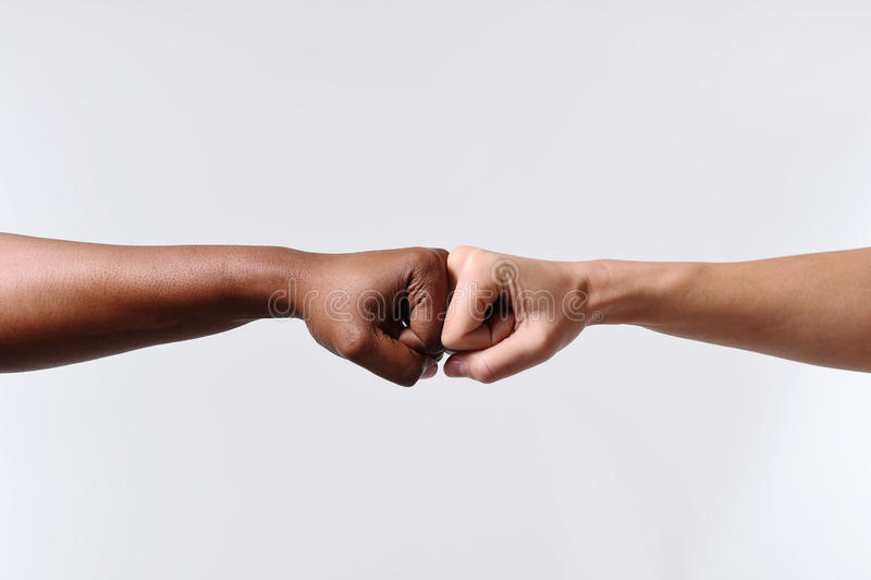 黑非裔美国人的有白白种人妇女的种族女性手感人的指关节多种族变化的 免版税库存图片