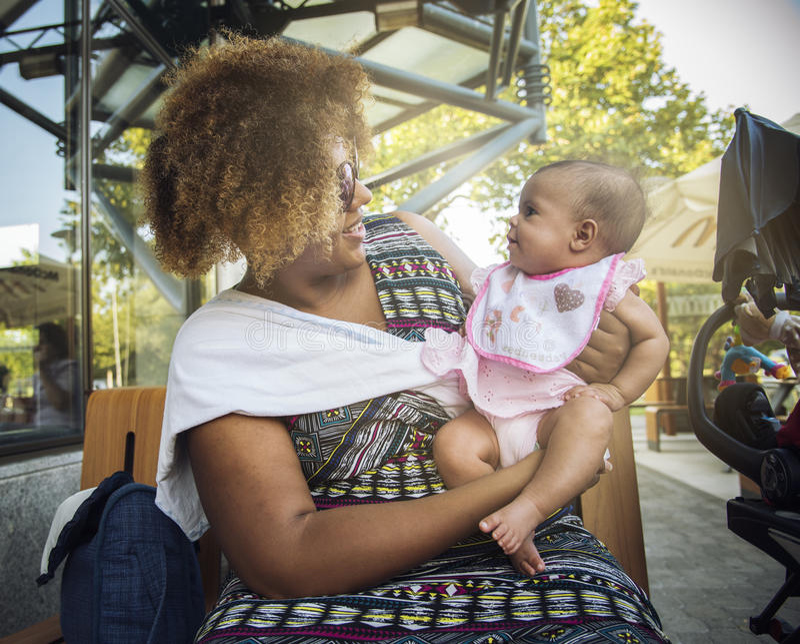 非裔美国人的母亲抱着她的婴孩 免版税库存图片
