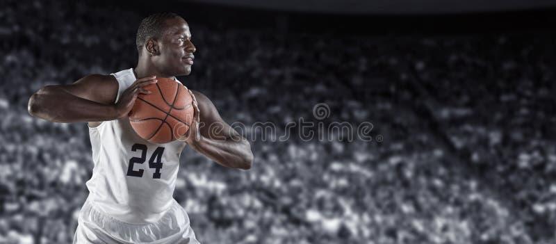 非裔美国人的蓝球运动员在一个大篮球竞技场 免版税库存图片
