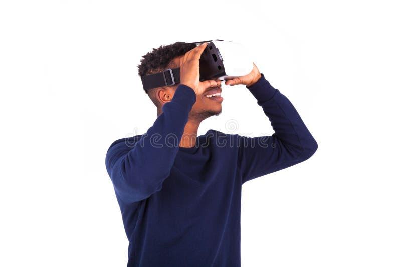 非裔美国人的年轻人佩带的vr虚拟现实耳机ov 库存照片