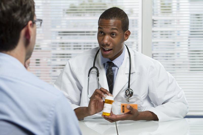 非裔美国人的医生与患者协商,水平 库存图片