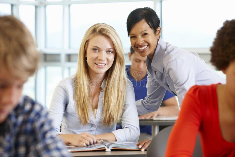 非裔美国人的类的老师帮助的学生 免版税图库摄影