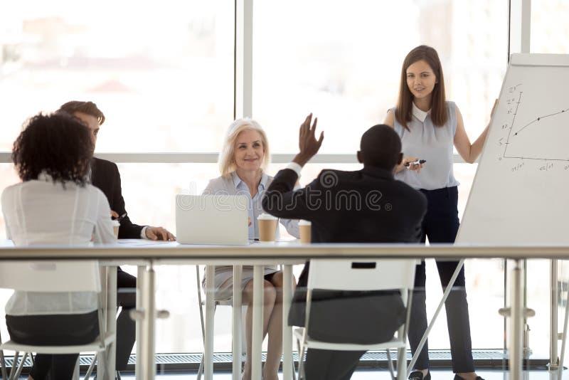 非裔美国人雇员问问题到女性教练在简报 库存照片