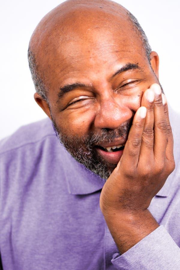 非裔美国男子牙痛触摸脸颊 牙痛老年人 白色背景中突显 免版税图库摄影