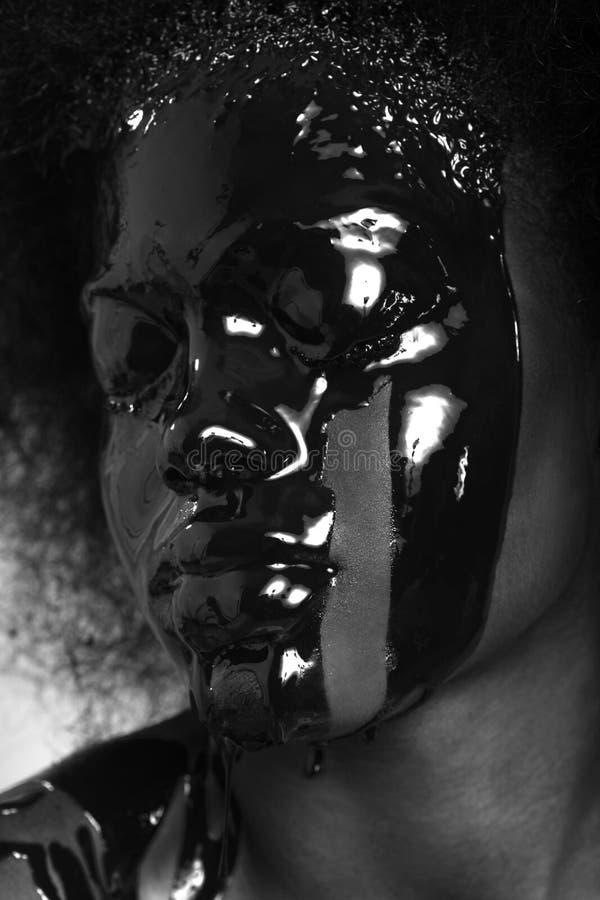 非洲人有油漆水滴的Amercian妇女的秀丽概念 免版税库存图片