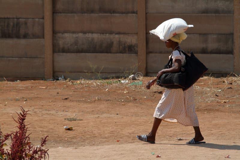 非洲人,当运载购物时 图库摄影
